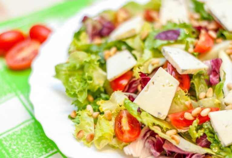 Салат с сыром Дорблю и кедровыми орехами фото