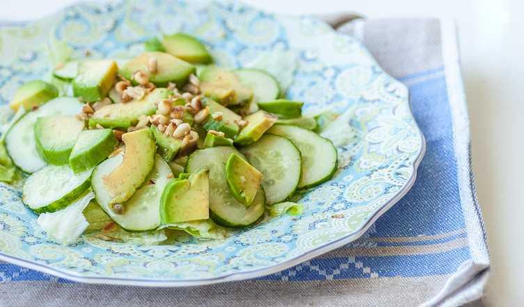 салат с кедровыми орехами и авокадо фото