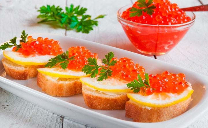 Бутерброды с красной икрой изображение