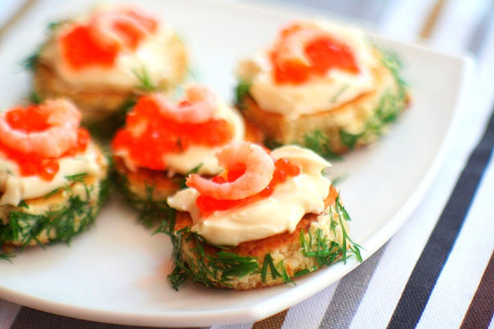 Бутерброды с красной икрой и креветками фото
