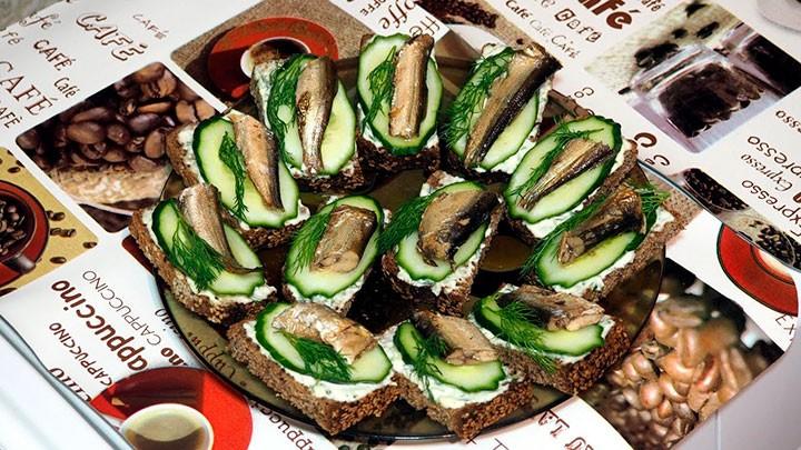 Бутерброды со шпротами и свежим огурцом фото