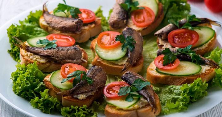 бутерброды со шпротами и помидором фото