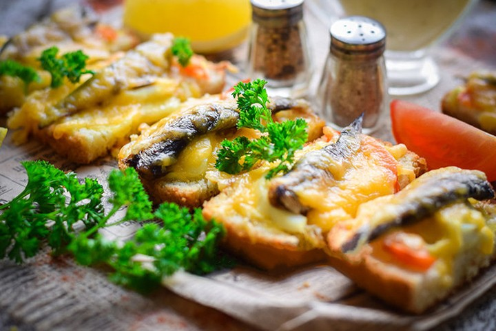 Чесночные бутерброды со шпротами фото