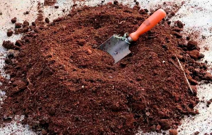 Подготовка грунта для покрытия компоста