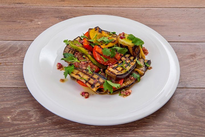 Салат из овощей на гриле и зелени фото