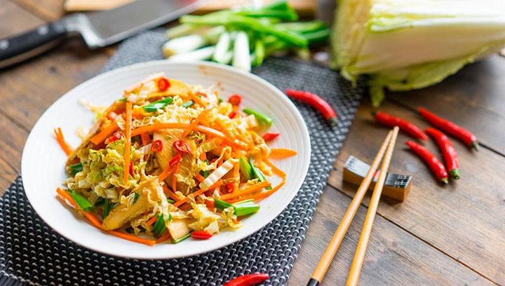 Азиатский салат с курицей фото