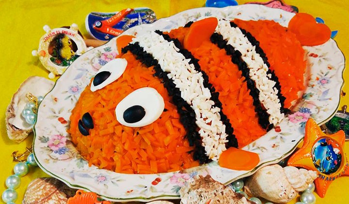 Слоеный салат с рисом в виде рыбки фото