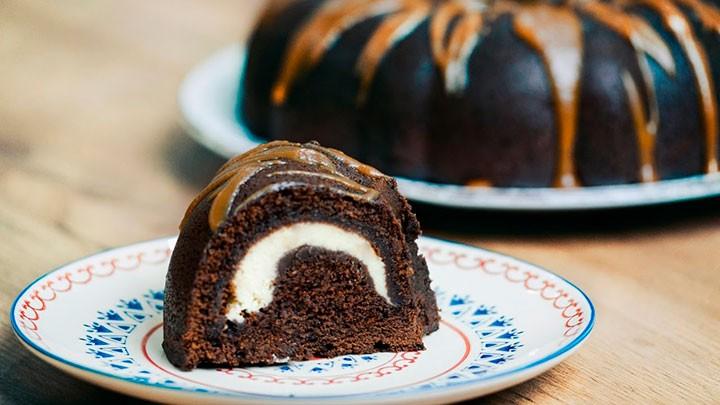 Шоколадный брауни со сливочно-сырной начинкой фото