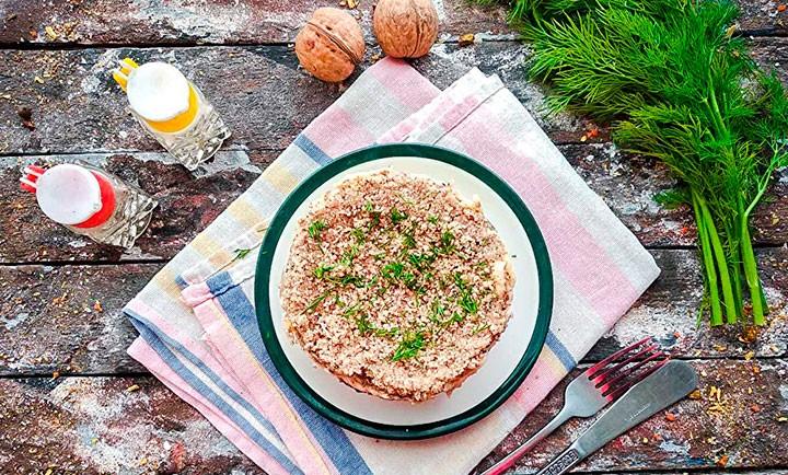 Слоеный куриный салат с грибами фото