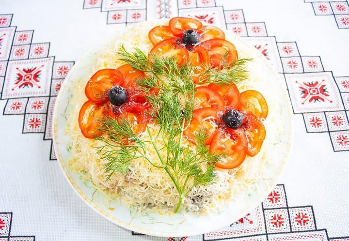 Слоеный салат с мясом и грибами фото